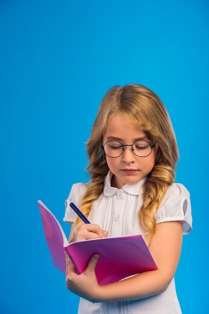 Porträt eines kleinen mädchens mit brille Premium Fotos