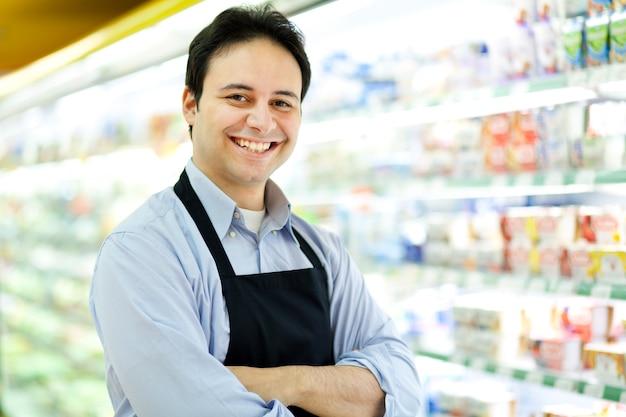 Porträt eines ladenbesitzers in seinem speicher Premium Fotos
