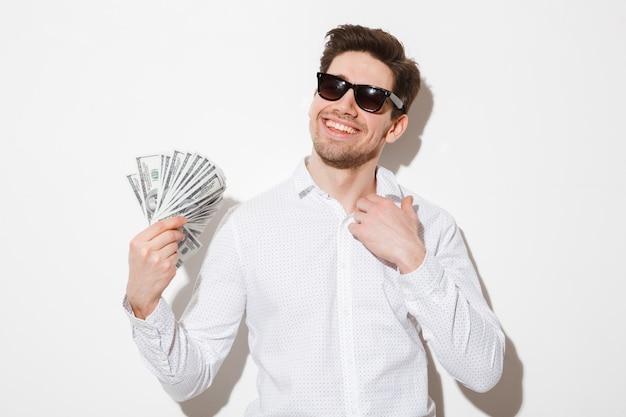 Porträt eines lächelnden jungen mannes in der sonnenbrille Premium Fotos