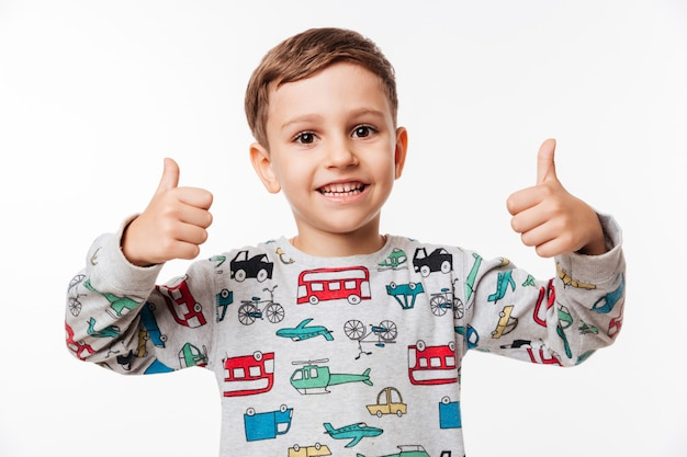 Porträt eines lächelnden kleinen kindes stehend Kostenlose Fotos