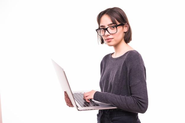 Porträt eines lächelnden mädchens, das laptop computer lokalisiert hält Kostenlose Fotos