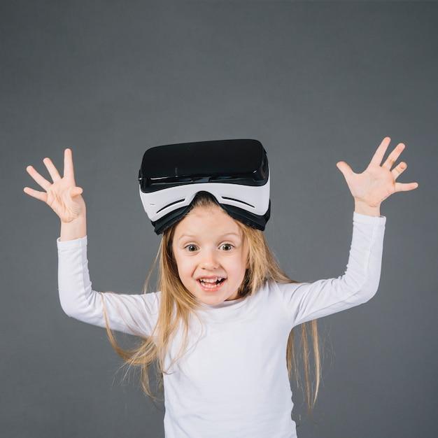 Porträt eines lächelnden mädchens mit gläsern der virtuellen realität auf ihrem drohenden hauptgebrüll Kostenlose Fotos