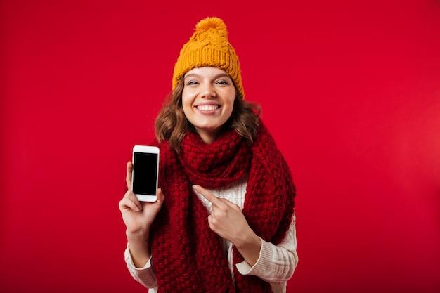 Porträt eines mädchens kleidete im winterhut und -schal an Kostenlose Fotos