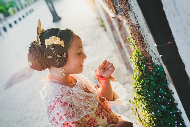 Porträt eines mädchens latina fallera, das das traditionelle valencianische kostüm von fallas trägt. Premium Fotos