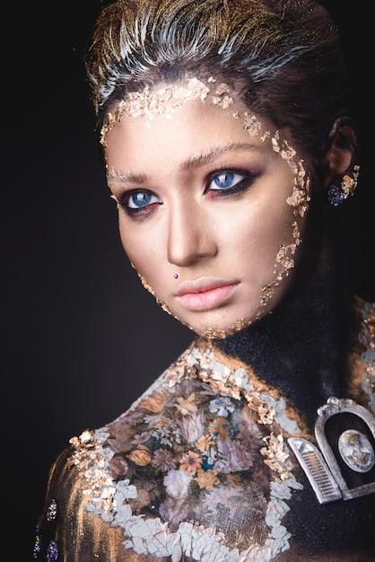 Porträt eines mädchens mit goldenem ikonenmalereimake-up Premium Fotos