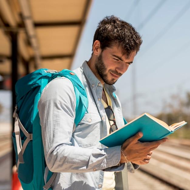 Porträt eines mannes, der ein buch liest Kostenlose Fotos