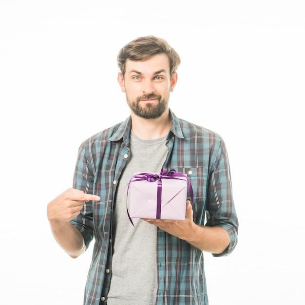 Porträt eines mannes, der geschenkbox auf weißem hintergrund zeigt Kostenlose Fotos