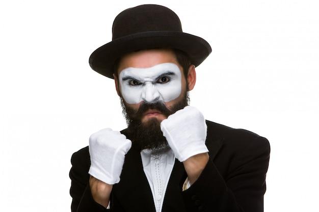 Porträt eines mannes, der im make-up pantomime boxt Kostenlose Fotos