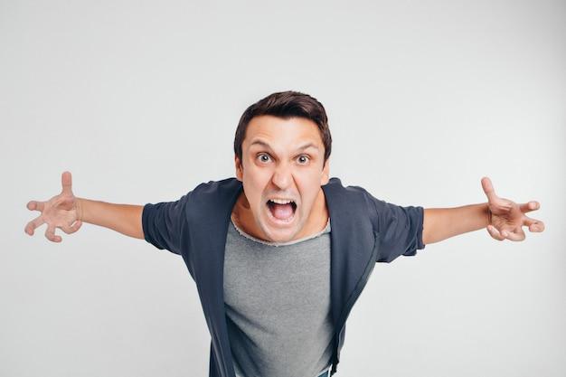Porträt eines mannes, der schreit. isoliert auf weißem hintergrund Premium Fotos