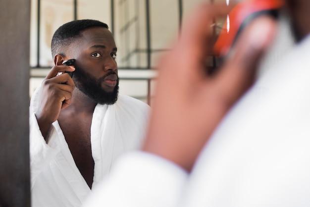 Porträt eines mannes, der seinen bart rasiert Kostenlose Fotos