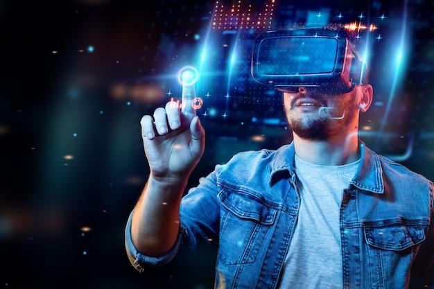 Porträt eines mannes mit brille der virtuellen realität, vr, interagiert mit einem virtuellen bildschirm. Premium Fotos