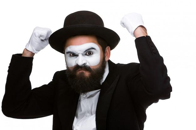Porträt eines mannes mit den angehobenen fäusten im make-uppantomimen Kostenlose Fotos
