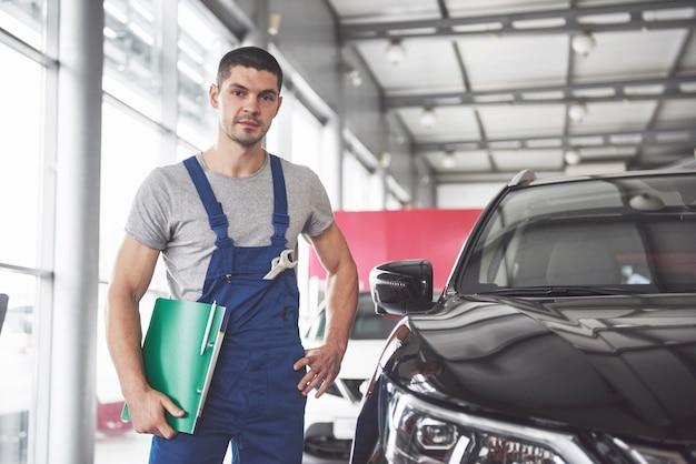 Porträt eines mechanikers bei der arbeit in seiner garage Kostenlose Fotos