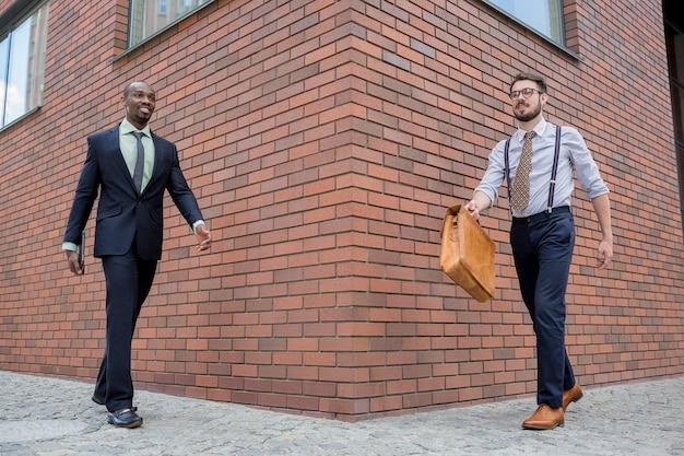 Porträt eines multiethnischen geschäftsteams Kostenlose Fotos