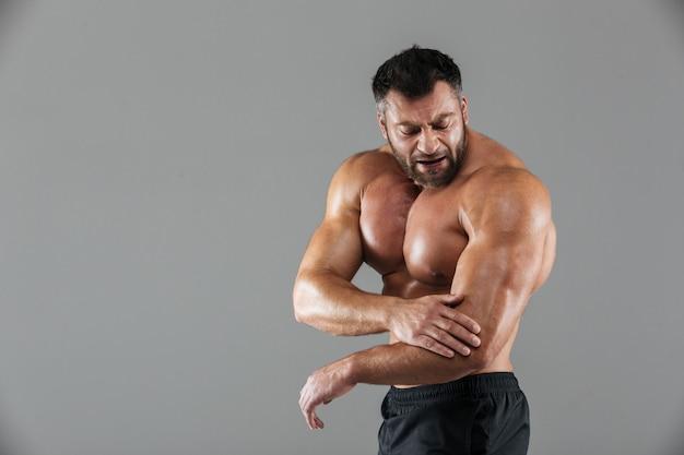 Porträt eines muskulösen männlichen bodybuilders Kostenlose Fotos
