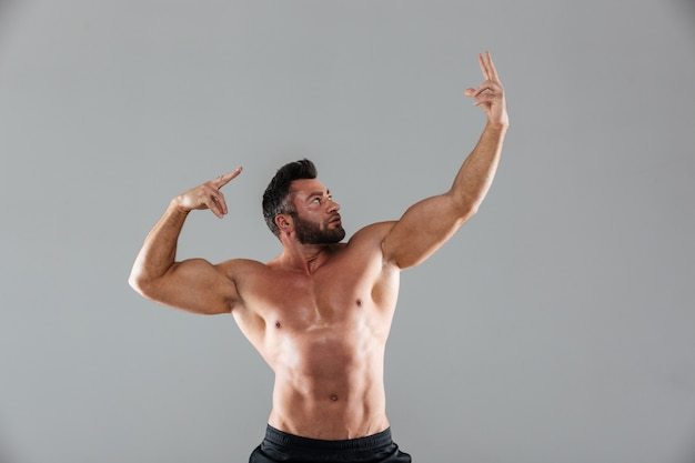 Porträt eines muskulösen starken hemdlosen männlichen bodybuilders Kostenlose Fotos