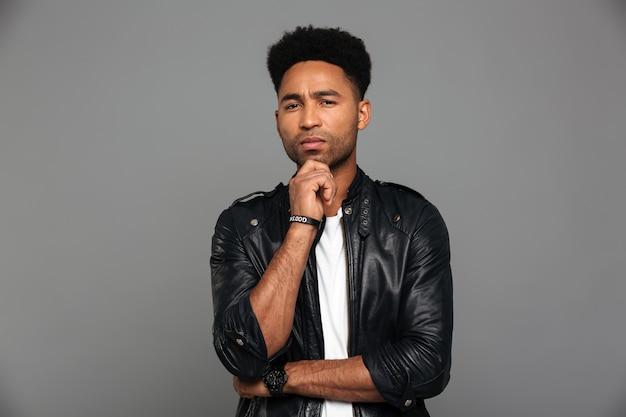 Porträt eines nachdenklichen afroamerikanischen mannes in der lederjacke Kostenlose Fotos
