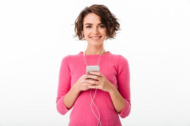 Porträt eines netten hübschen mädchens, das musik hört Kostenlose Fotos
