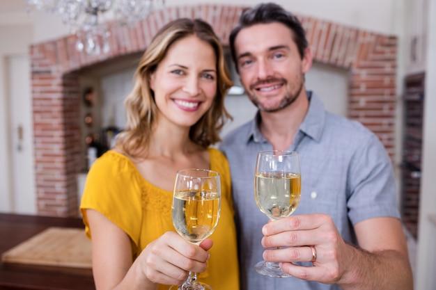 Porträt eines paares, das ein glas wein zeigt Premium Fotos
