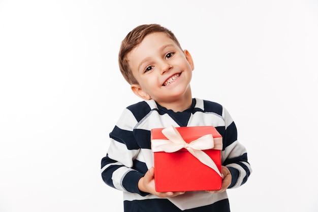 Porträt eines reizenden niedlichen kleinen kindes, das geschenkbox hält Kostenlose Fotos