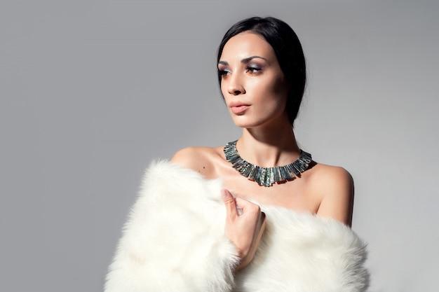 Porträt eines schönen jungen kaukasischen mädchens mit bloßen schultern Premium Fotos
