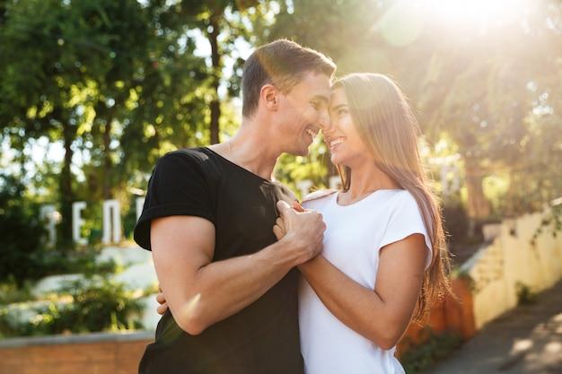 Porträt eines schönen jungen paares in der liebe Kostenlose Fotos