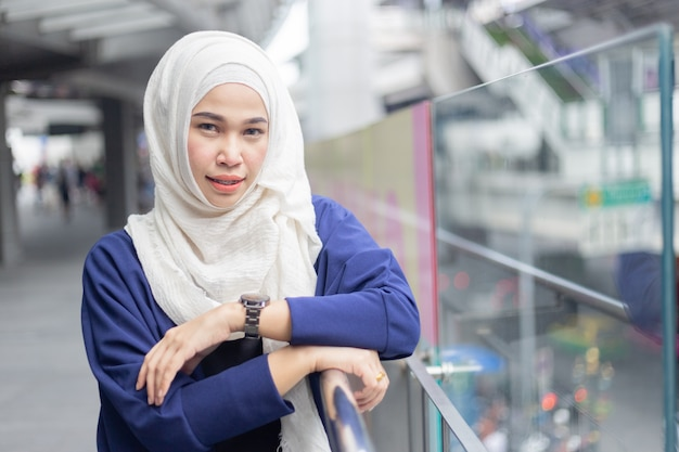 Porträt eines schönheitsmoslems, der hijab trägt. Premium Fotos