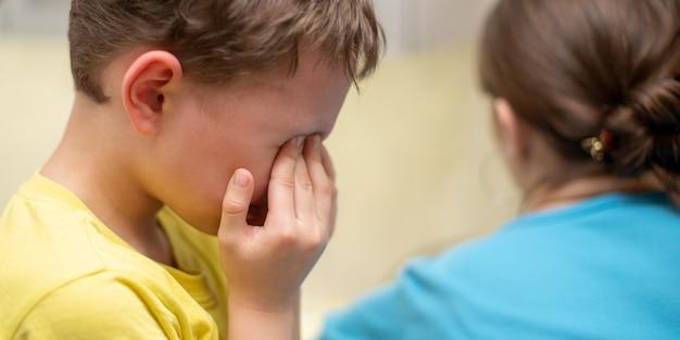 Porträt eines schreienden jungen auf einem weiß Premium Fotos