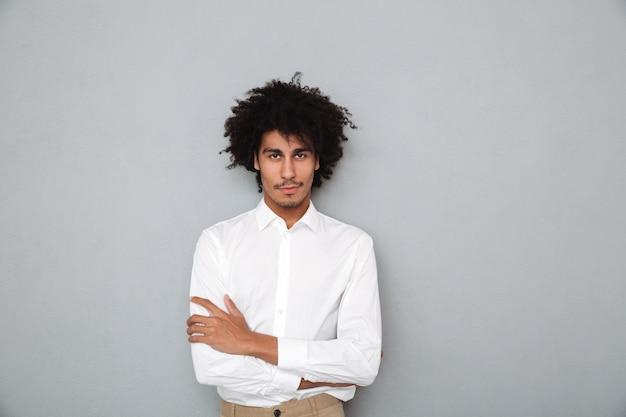 Porträt eines selbstbewussten jungen afrikanischen mannes im weißen hemd Kostenlose Fotos