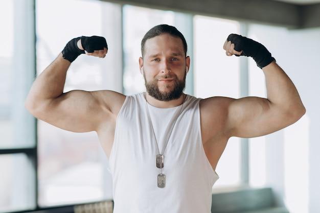 Porträt eines starken, muskulösen mannes, apollo zeigt seine muskeln, torso, vene delta press Premium Fotos
