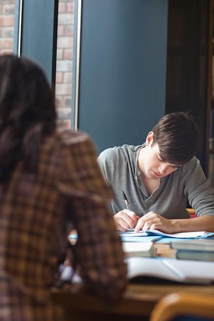 Porträt eines studenten, der einen aufsatz schreibt Premium Fotos