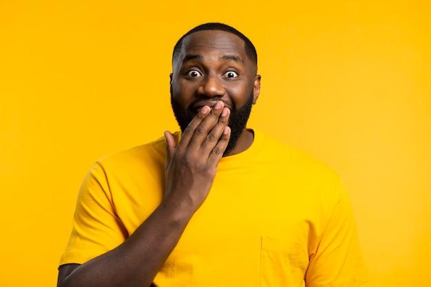 Porträt eines überraschten mannes Kostenlose Fotos