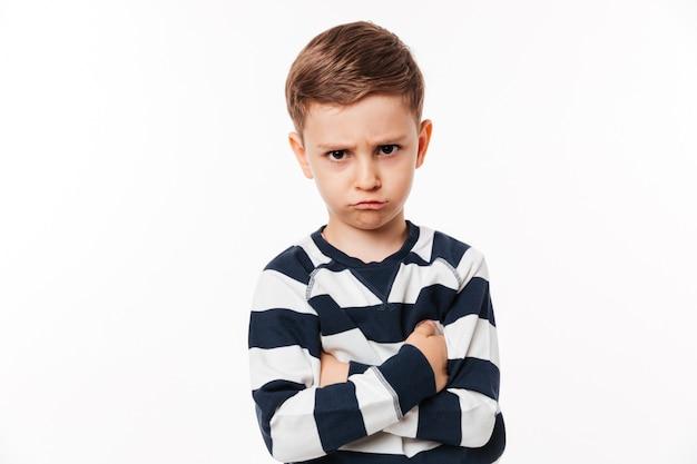 Porträt eines verärgerten niedlichen kleinen kindes Kostenlose Fotos