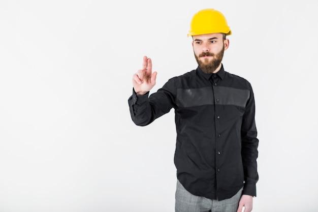 Porträt eines zivilingenieurs, der gegen das weiße hintergrundgestikulieren steht Kostenlose Fotos