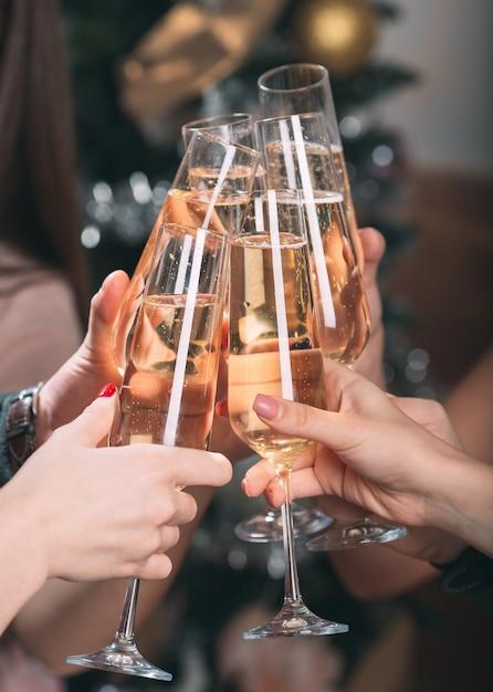 Porträt einiger freunde, die einen toast machen Premium Fotos