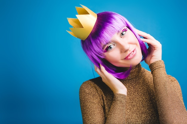 Porträt fröhliche erstaunliche junge frau mit geschnittenem lila haar, goldener krone, luxuskleid. feiern neujahrsparty, geburtstag, lächeln, echte positive emotionen. platz für text. Kostenlose Fotos