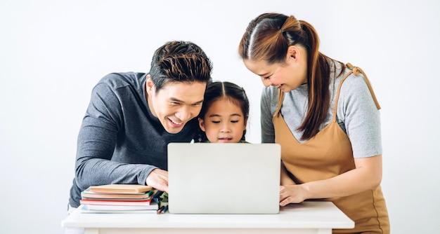Porträt glücklich lächelnde asiatische familie Premium Fotos