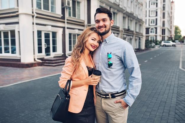 Porträt glückliches paar, das im britischen viertel umarmt. Kostenlose Fotos