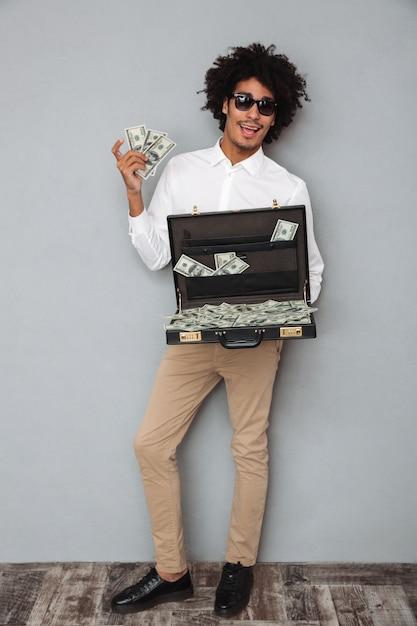 Porträt in voller länge eines glücklichen aufgeregten afroamerikanischen mannes Kostenlose Fotos