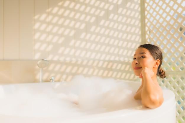 Porträt junge asiatische frau entspannen ein bad in der badewanne nehmen Kostenlose Fotos