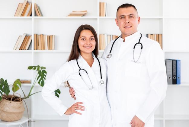 Porträt junger doktoren, die fotografen betrachten Kostenlose Fotos