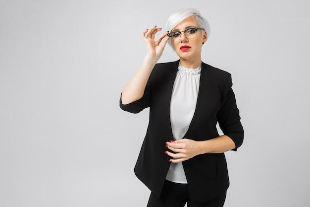 Porträt junger geschäftsfrau in den kostümen an lokalisiert Premium Fotos