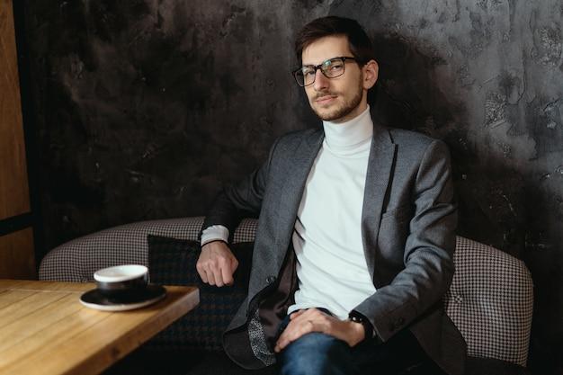 Porträt junger, selbstbewusster geschäftsmann, der brille trägt Kostenlose Fotos