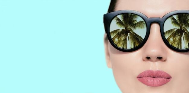 Porträt nah oben von einer hübschen frau mit sonnenbrille Premium Fotos