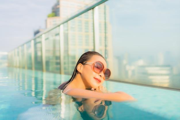 Porträt schöne junge asiatische frau entspannen freizeit um freibad im hotel resort für reiseurlaub Kostenlose Fotos