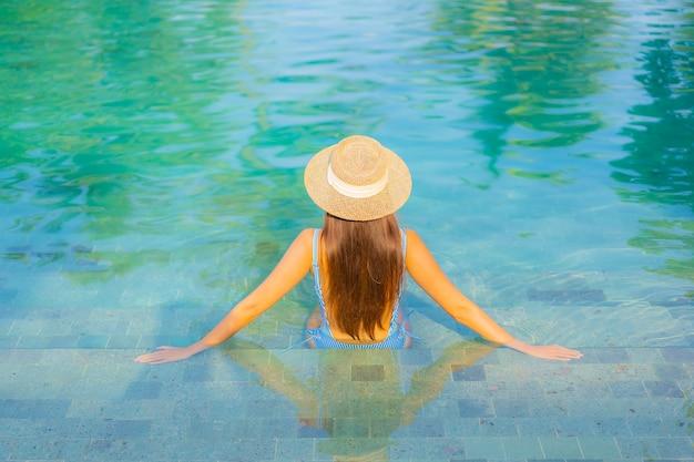 Porträt schöne junge asiatische frau entspannen lächeln genießen freizeit um pool fast meer strand meerblick im urlaub Kostenlose Fotos