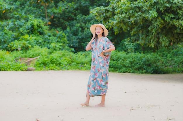 Porträt schöne junge asiatische frau entspannen lächeln um strand meer ozean im urlaub urlaub Kostenlose Fotos
