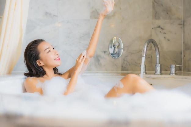 Porträt schöne junge asiatische frau entspannt ein bad nehmen Kostenlose Fotos