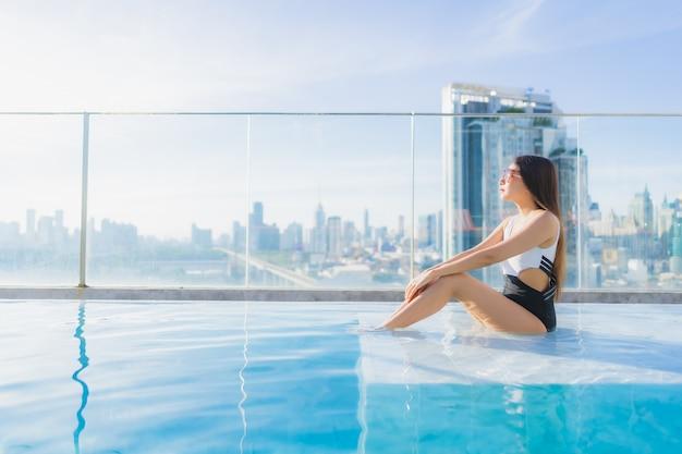 Porträt schöne junge asiatische frau entspannt freizeit um schwimmbad Kostenlose Fotos