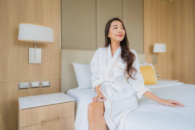 Porträt schöne junge asiatische frau lächeln glücklich entspannen und freizeit Kostenlose Fotos